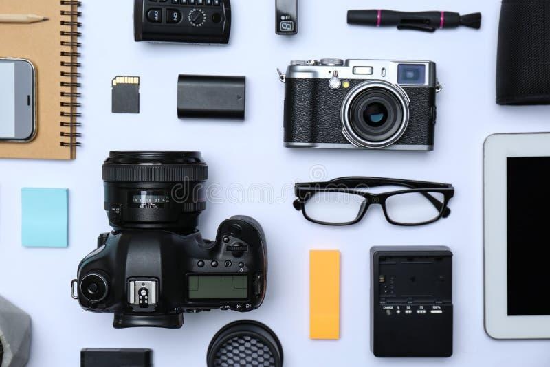 平的位置构成用专业摄影师的设备 库存图片