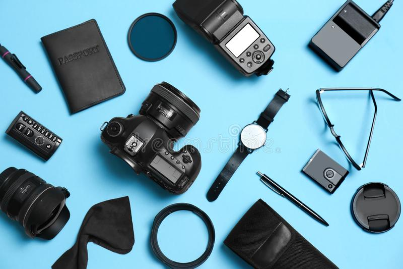 平的位置构成用专业摄影师设备和辅助部件 库存图片