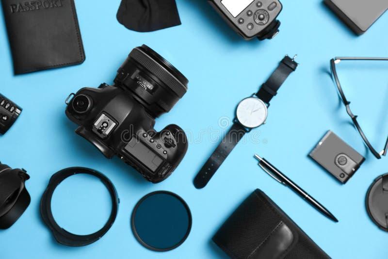 平的位置构成用专业摄影师设备和辅助部件 图库摄影