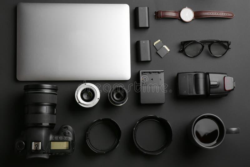 平的位置构成用专业摄影师设备 免版税库存照片