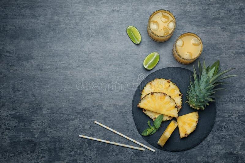 平的位置构成用可口菠萝汁 免版税库存图片