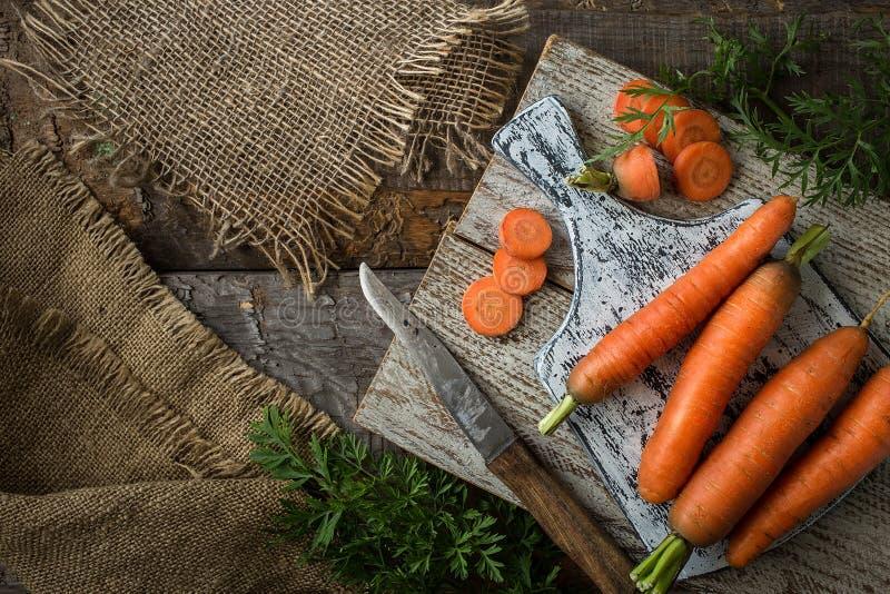 平的位置构成用在土气背景的红萝卜 库存图片
