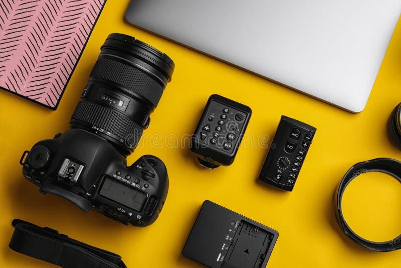 平的位置构成用摄影师` s设备和辅助部件 免版税库存图片