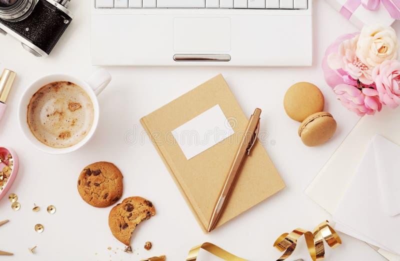 平的位置笔记本和办公室辅助部件 库存照片