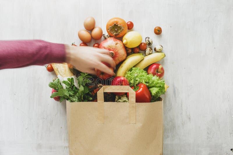 平的位置纸袋另外健康食品白色木背景 免版税库存图片
