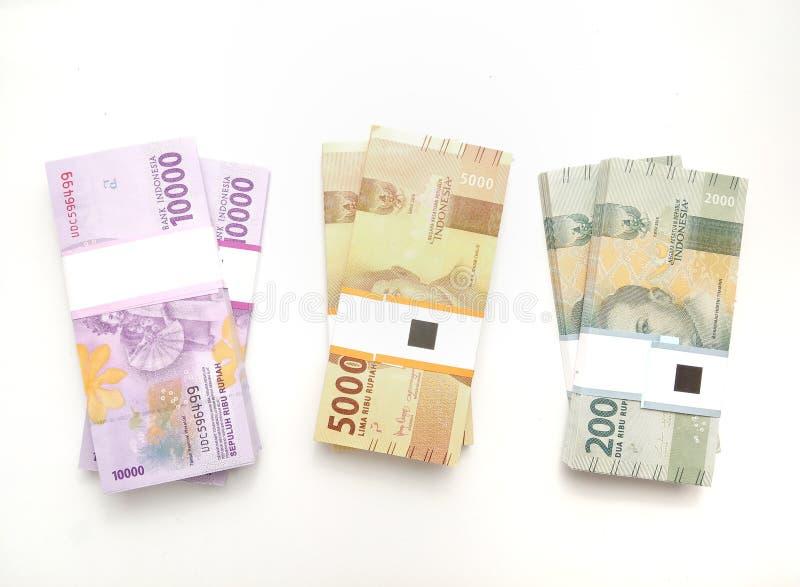 平的位置,照片简单的照片,顶视图,盒卢比印度尼西亚金钱,2000年,5000,10000,在白色背景 免版税库存照片