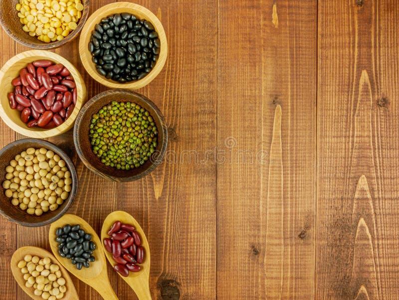 平的位置,顶视图分类了在木背景的豆 库存照片