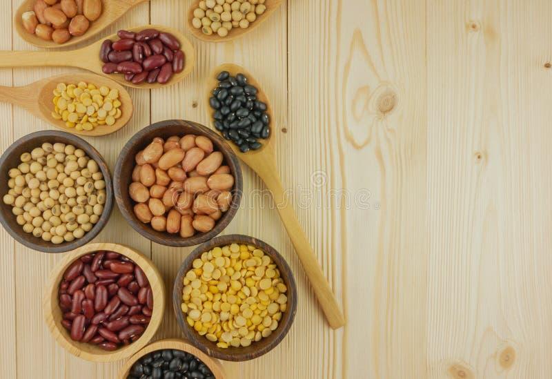 平的位置,顶视图分类了在木背景的豆 免版税库存图片