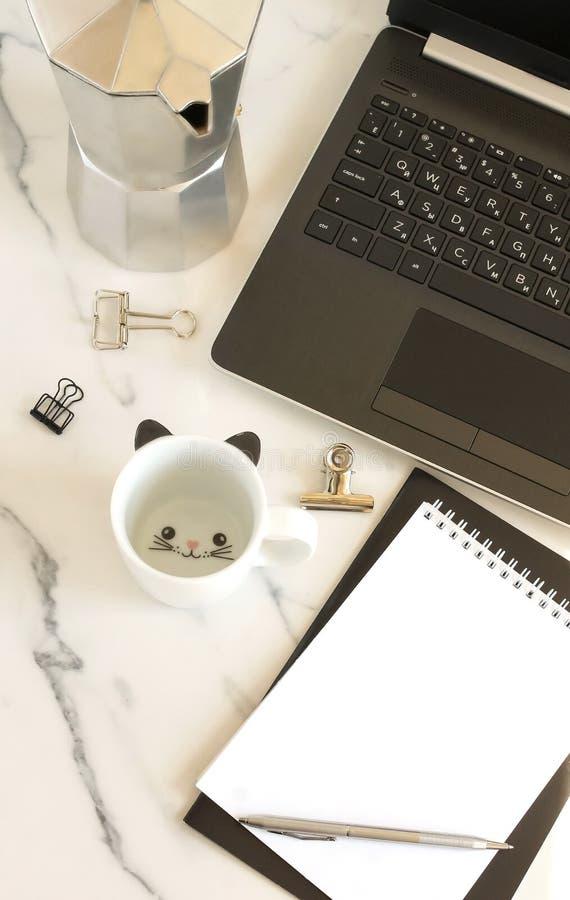 平的位置,顶视图妇女的办公桌 与膝上型计算机,笔记本,咖啡的杯子的女性工作区 库存照片