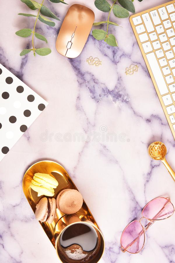 平的位置 在视图之上 与一个金黄键盘的企业概念,macarons,一杯咖啡 安置文本 免版税库存照片