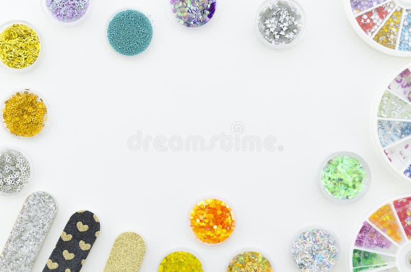 平的位置 秀丽蓝色聪慧的概念表面方式构成妇女 与指甲锉的在白色背景的修指甲器和假钻石 库存图片