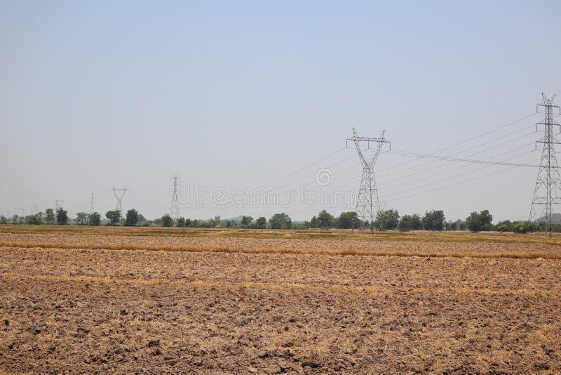平的土地,干陆,农村亚洲,大功率传输耸立美好的天空背景 免版税图库摄影