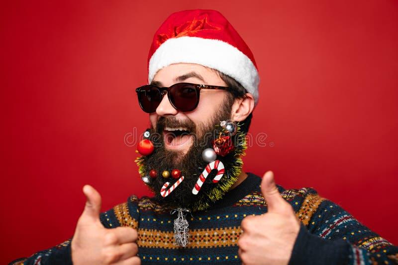 水平的圣诞老人 新年好 与圣诞节结婚 装饰的胡子 图库摄影