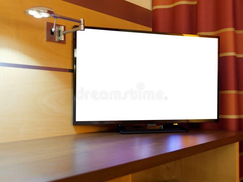 平的电视或电视空白的显示夜卧室 免版税库存图片