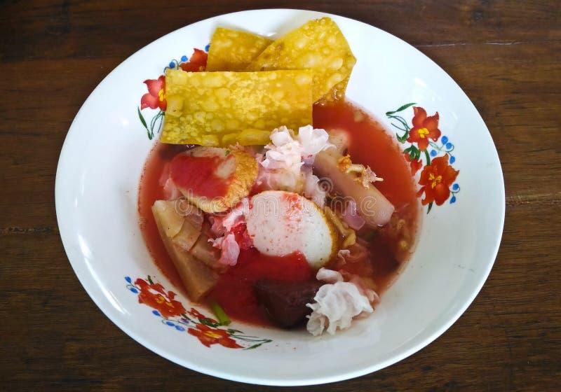 平的米线用海鲜汤和红色调味汁 免版税库存照片