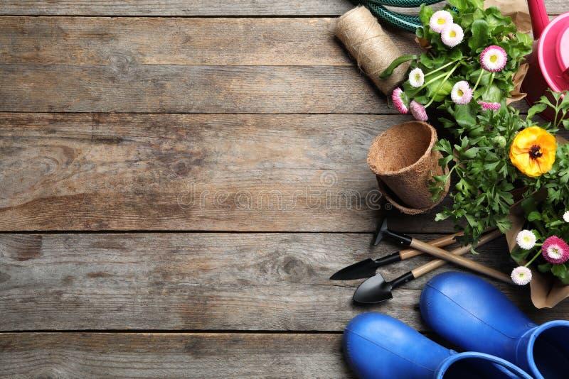 平的被放置的文本的构成用园艺设备和空间在木 免版税图库摄影