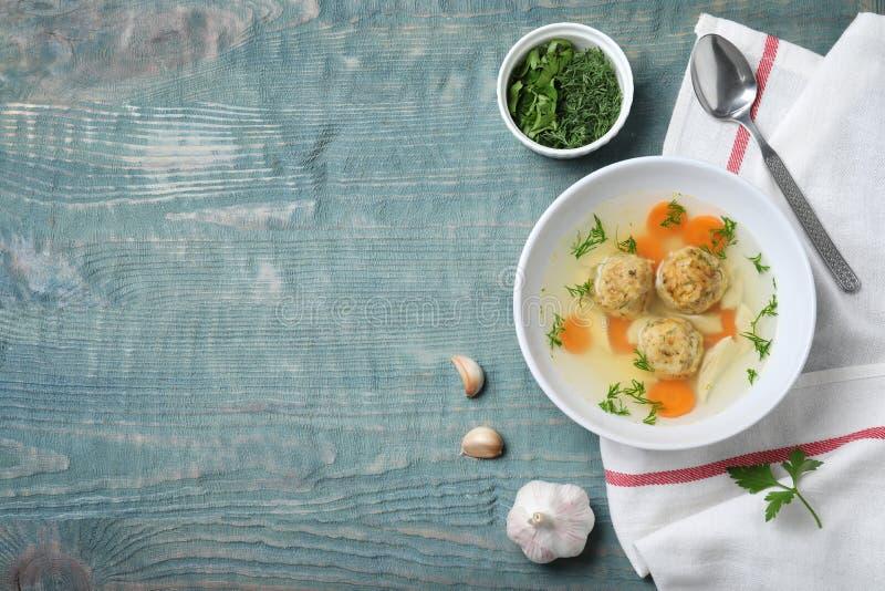 平的被放置的构成用在木桌上的犹太发酵的硬面球汤 免版税库存照片