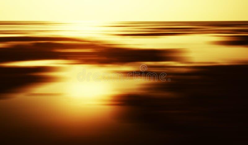 水平的金黄日落风景天际行动 库存照片