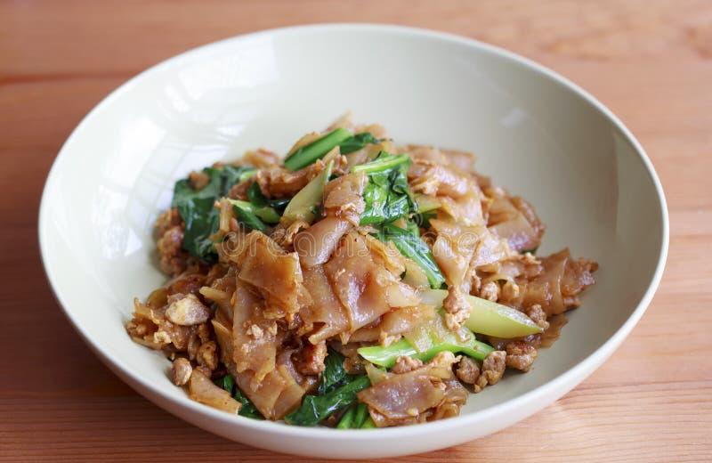 平的面条混乱油炸物 猪肉垫看见ew,泰国传统 免版税库存照片