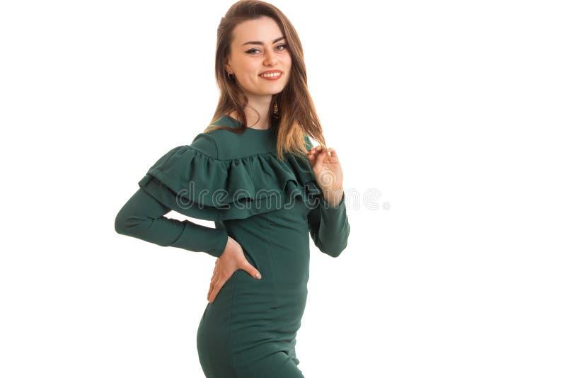 水平的绿色礼服的画象亭亭玉立的美丽的女孩 免版税库存图片