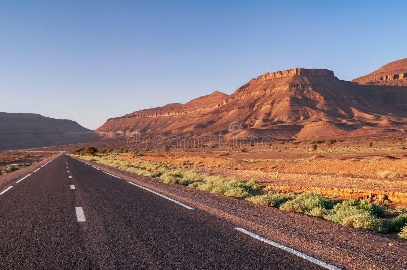 平直的柏油路在摩洛哥的沙漠 免版税库存照片