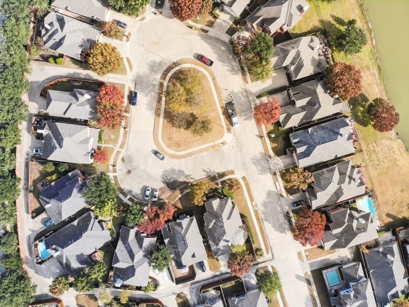 平直的湖边住宅邻里下来顶视图与 免版税库存图片