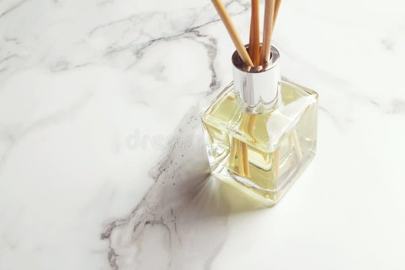 水平芳香疗法芦苇分散器的空气清新剂 免版税图库摄影