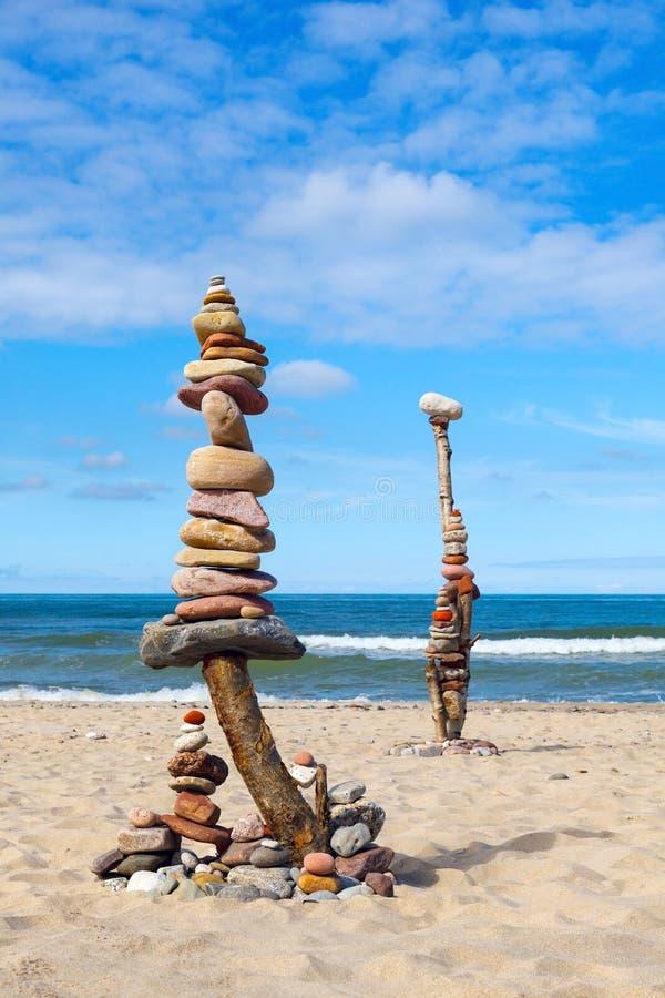 平衡和世故石头 在天空蔚蓝和海背景的岩石禅宗  免版税库存照片