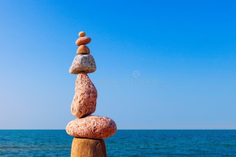 平衡和世故石头 晃动在蓝天背景的禅宗  免版税库存照片