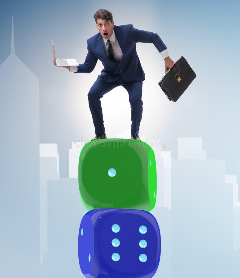 平衡在不确定性concep的模子堆顶部的商人 图库摄影