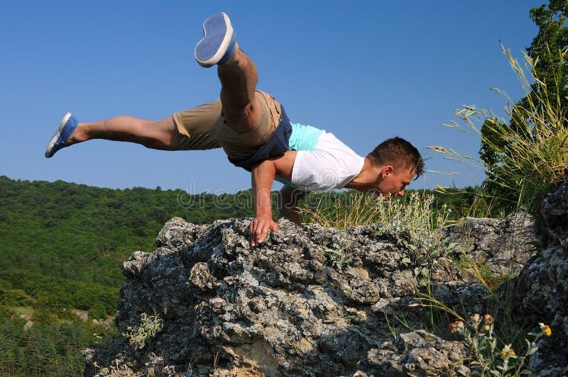 平衡在岩石边缘的手在保加利亚 库存图片
