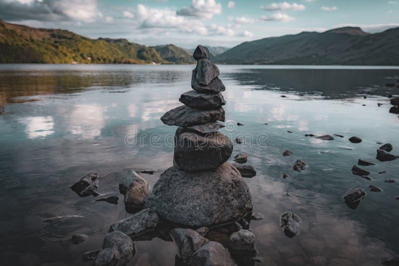 平衡在德文特湖的岩石 库存图片