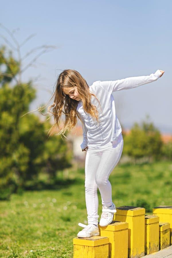 平衡在操场的少女 平衡的概念 免版税图库摄影