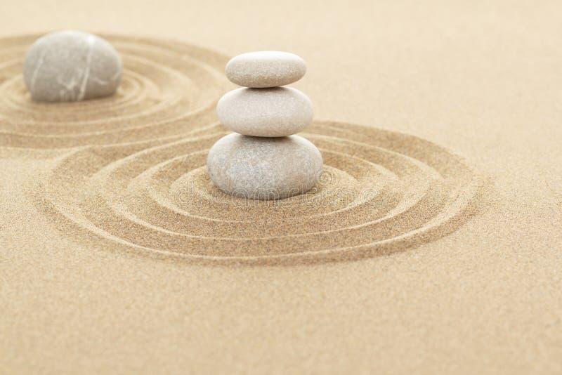 平衡在沙子的禅宗石头 图库摄影