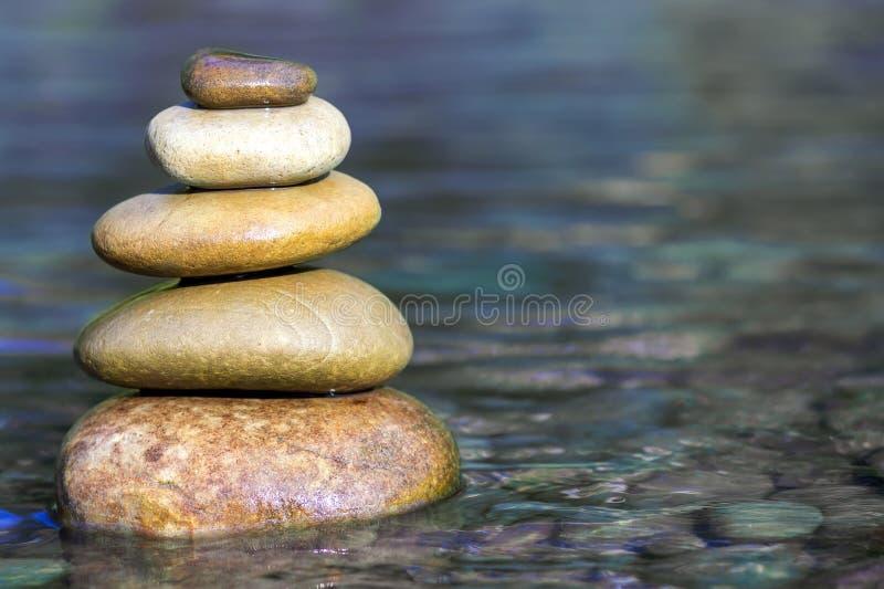 平衡在河的大海的上面的堆石头 库存图片