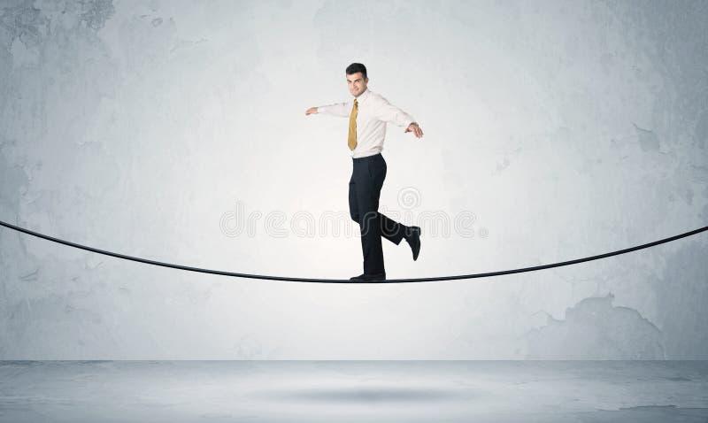 平衡在紧的绳索的销售人 库存图片