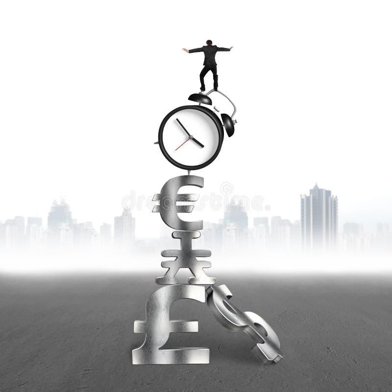 平衡在闹钟和货币符号的商人 库存例证