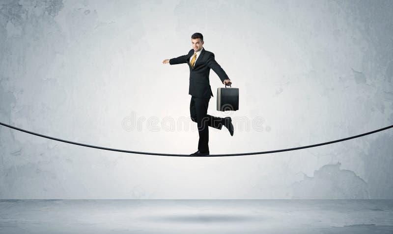 平衡在紧的绳索的销售人 库存照片