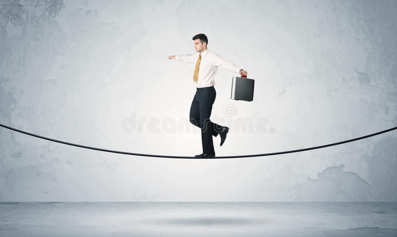 平衡在紧的绳索的销售人 免版税库存图片