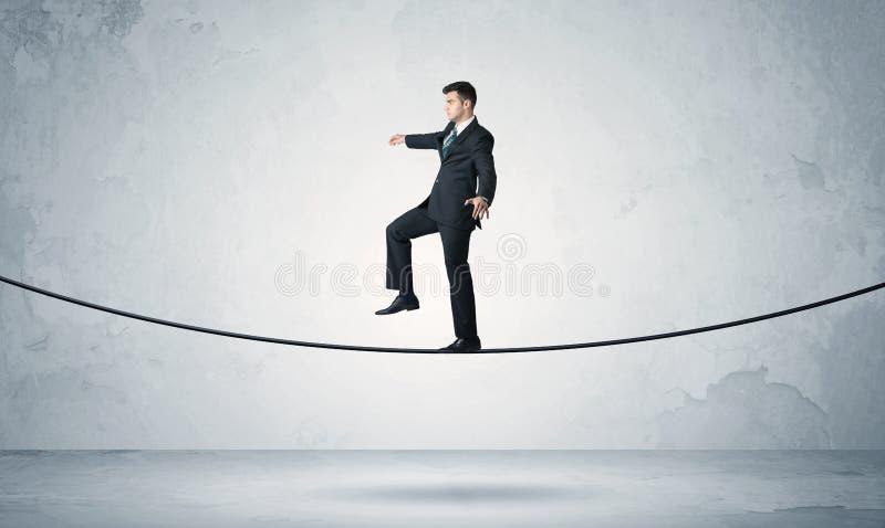 平衡在紧的绳索的销售人 免版税库存照片