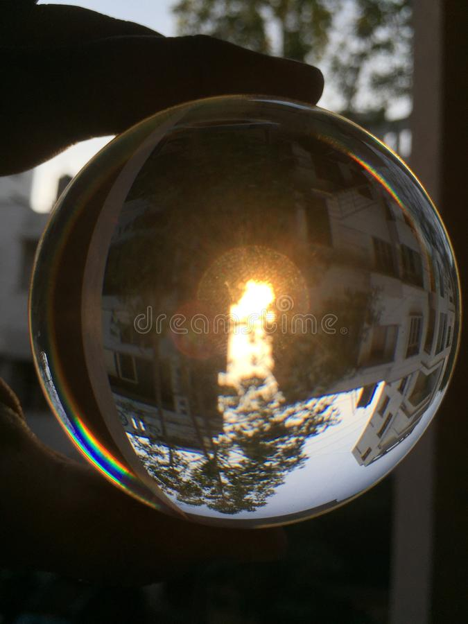 平衡天空的一个倒象通过透镜气球 库存照片