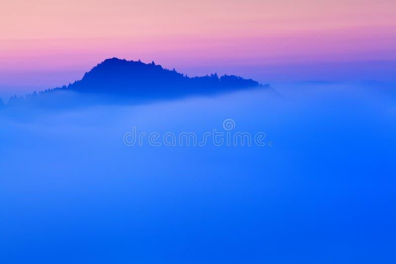 平衡的光的明亮的滚动的乡下 美丽如画的天和华美的场面在春天 喀尔巴阡山脉,斯洛伐克 免版税图库摄影
