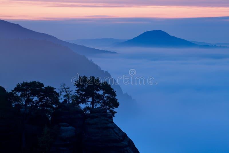 平衡的光的明亮的滚动的乡下 美丽如画的天和华美的场面在春天 喀尔巴阡山脉,斯洛伐克 免版税库存图片