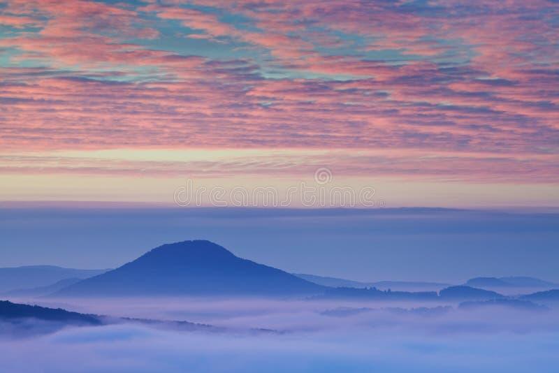 平衡的光的明亮的滚动的乡下 美丽如画的天和华美的场面在春天 喀尔巴阡山脉,斯洛伐克 免版税库存照片