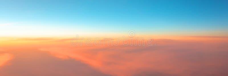 平衡的天空日落梯度的全景从温暖的到冷的颜色 免版税库存照片