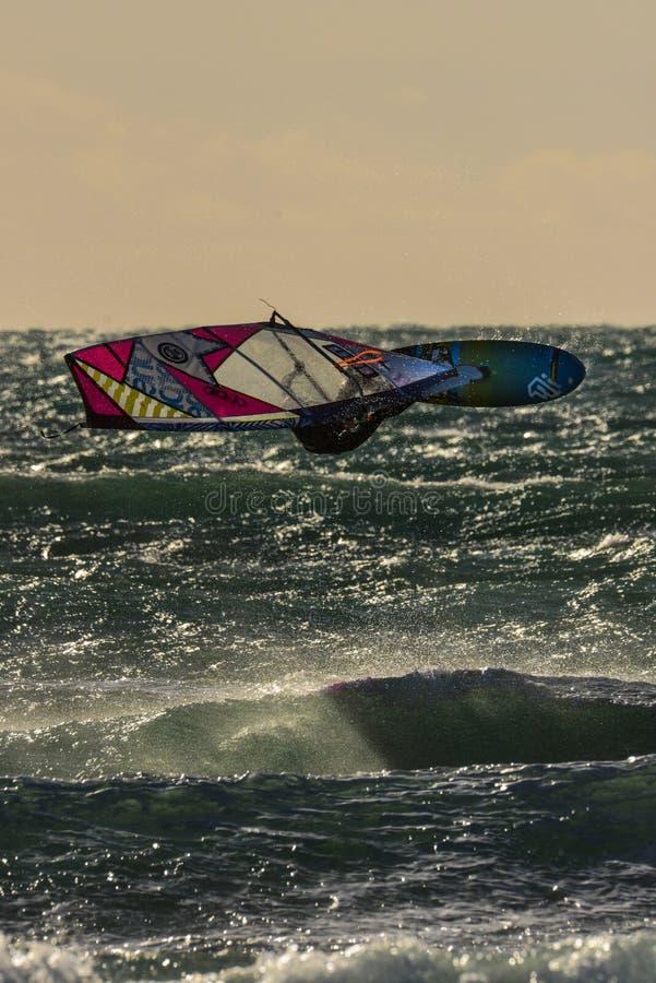 平衡的太阳的风帆冲浪者在camargue,法国 库存照片