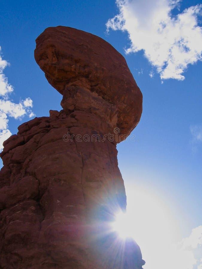 平衡的岩石在拱门国家公园,犹他,美国 天空蔚蓝和晴朗的黄昏 免版税库存照片