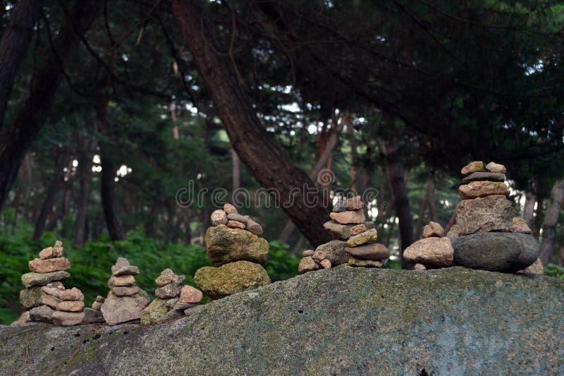 平衡的岩石,禅宗凝思实践 Pic在Gyeo被采取了 库存图片