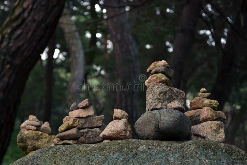 平衡的岩石,禅宗凝思实践 Pic在Gyeo被采取了 库存照片