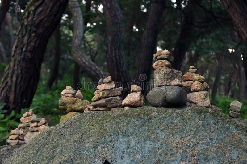 平衡的岩石,禅宗凝思实践 Pic在Gyeo被采取了 免版税库存图片